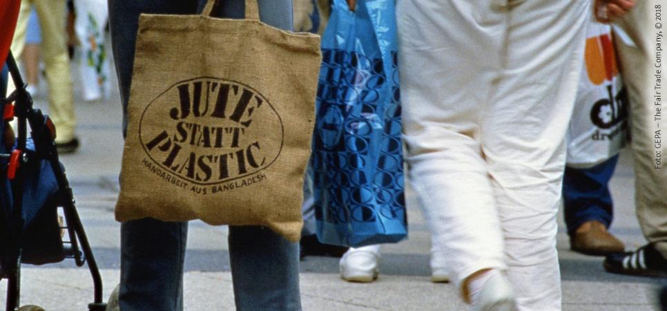 Jute-Beutel mit Original Jute-Statt-Plastik-Logo in der Fußgängerzone